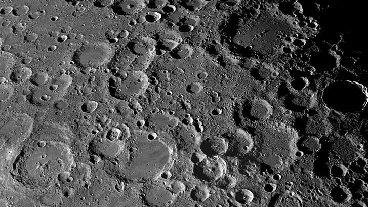 Különböző korú és méretű kráterek a Hold felszínén. Egy-egy kráter felismerése nem triviális feladat, hisz az alakzat képe sok különböző tényezőtől (pl. megvilágítás szöge) is függ.