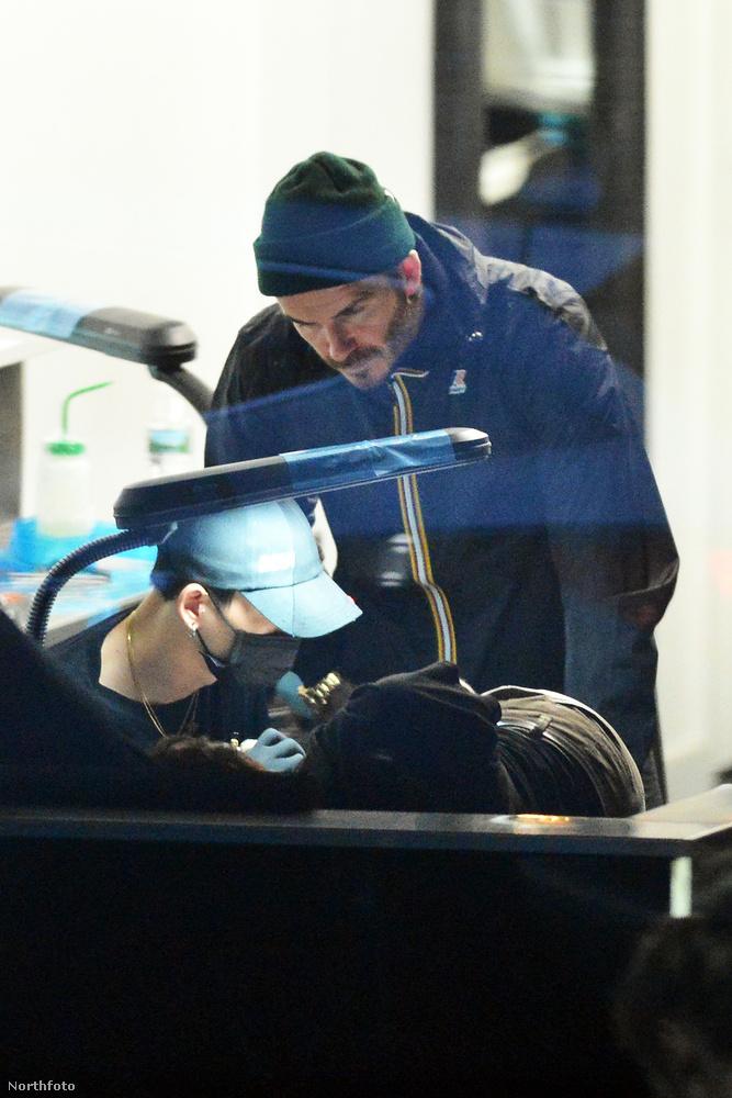 Most azonban David Beckham jófej apuka módjára elment a fiával a tetoválószalonba