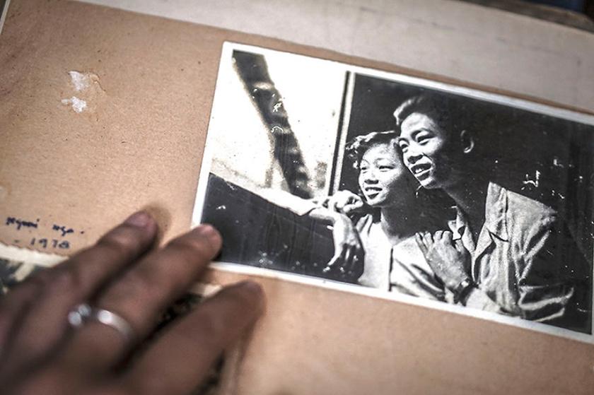 Hạ My nagyszülei gyakran nézegetik a régi fotókat, szívesen emlékeznek vissza a fiatalkorukra. Hatvan éve ismerkedtek meg, amikor mindketten a hadseregnél szolgáltak.