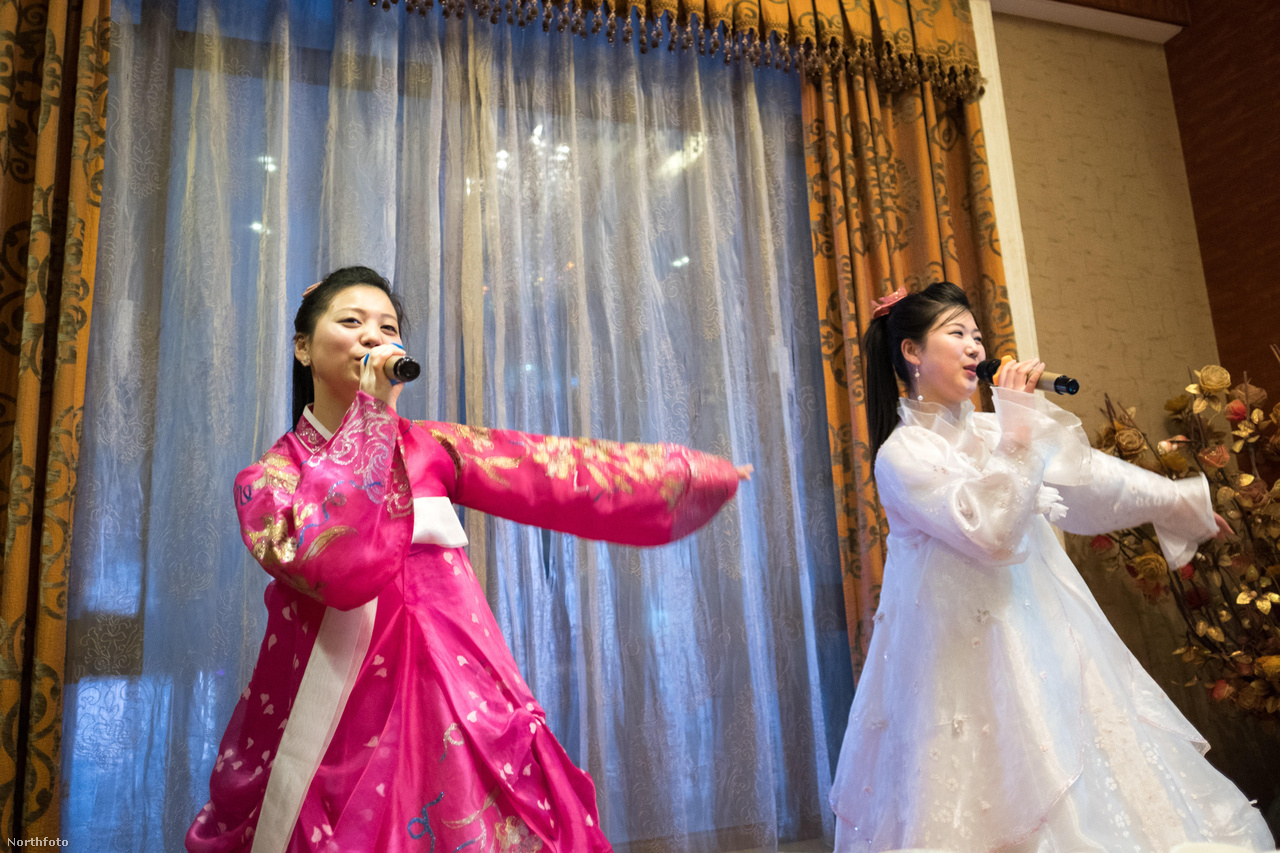 Észak-Korea közelsége egyébként az öltözködésben, a karaokéban és az ételekben is érezhető volt a kínai oldalon is. Néhány bolt kifejezetten északi ruhákat árult, művészeti galériák idealizált északi tájképeket mutattak be, éttermekben pedig észak-koreai specialitásokat is felszolgáltak. Egy főként északiakat elszállásoló hotelben a fellépők hagyományos északi énekeket adtak elő.