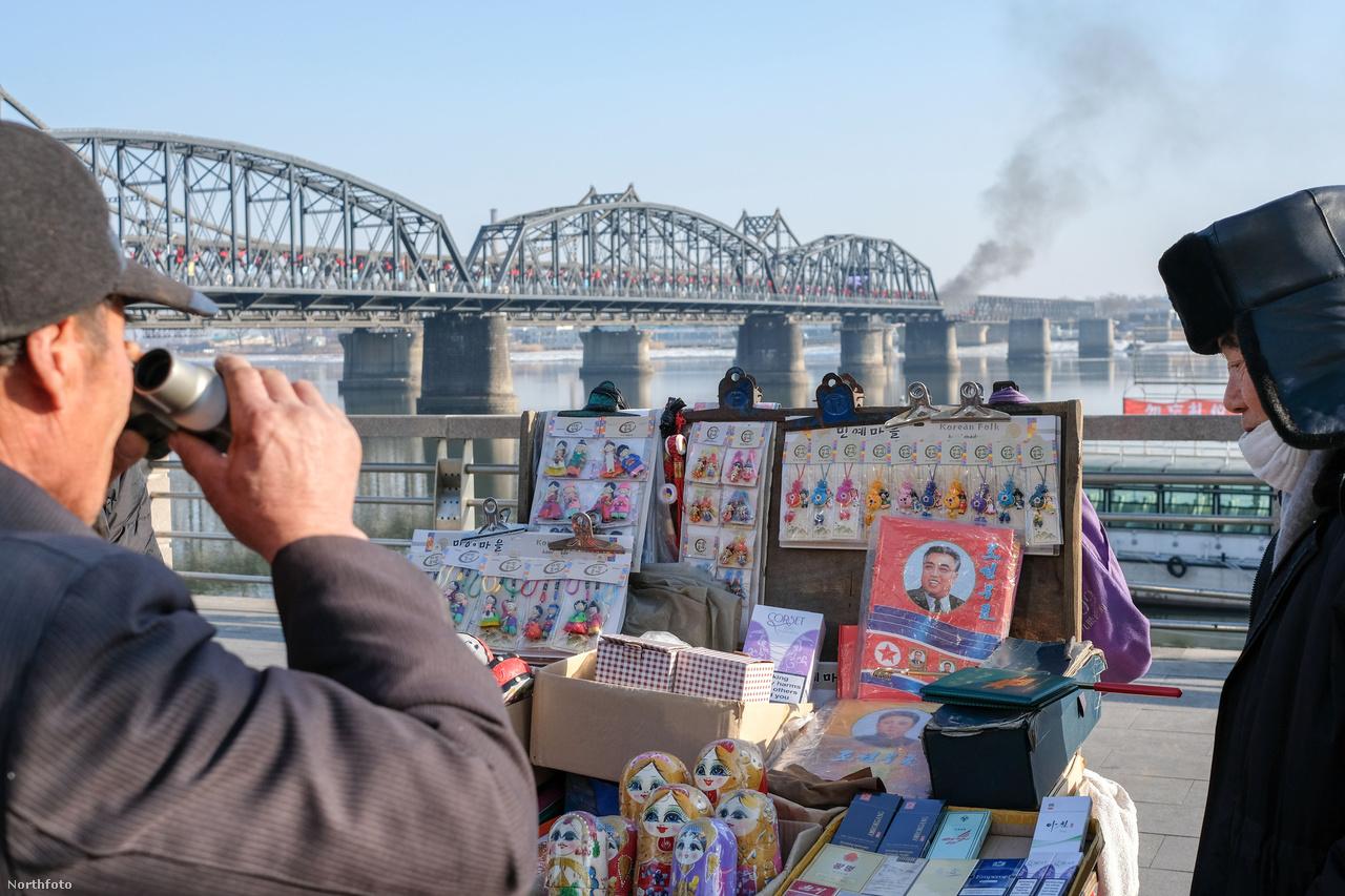 A Jalu-folyó egy természetes, csaknem 800 km-es határvonalat képez Kína és Észak-Korea között. A szigorúan őrzött határvonal mentén a ritkán lakott észak-koreai oldal látványos kontrasztban áll Kína gyorsan fejlődő városaival.