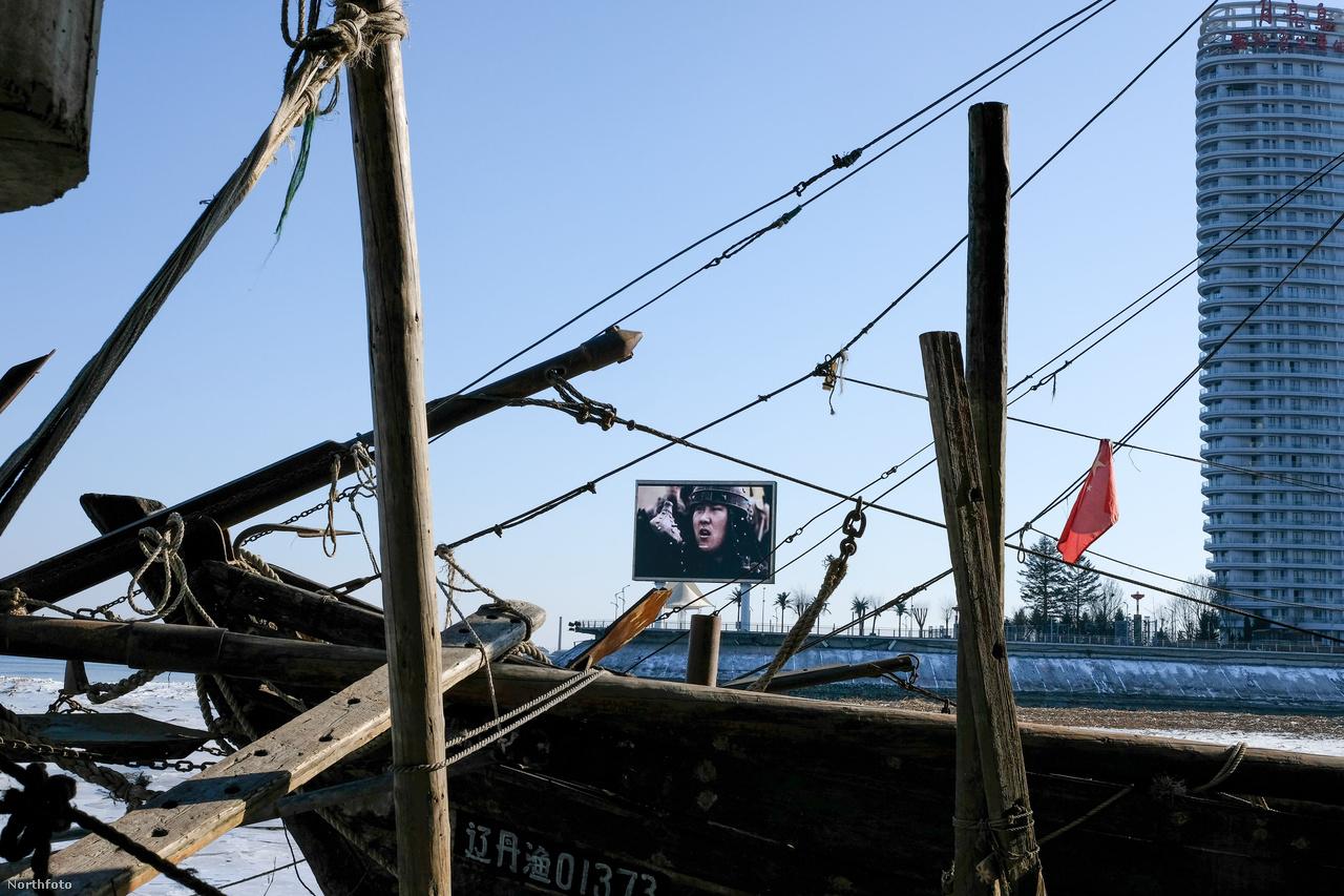 A Kína által bevezetett és támogatott intézkedések Dandongnál is éreztették hatásukat, aminek az egyik jele az volt, hogy megritkultak a szimbolikus hídon korábban rendszeresen járó teherautókonvojok. Egy közös kínai-észak-koreai gazdaságfejlesztési projekthez épült számos épület üresen állt a Jalu-folyó partján.