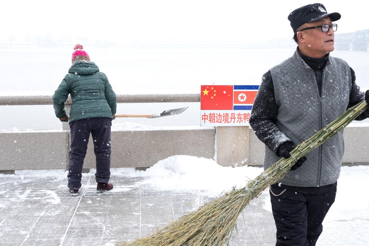 A teljesen ellentétes oldalon, az orosz-észak-koreai-kínai hármashatárnál egyébként a raszoni különleges gazdasági övezet egy másik olyan pont, ahol sok áru bejut Észak-Koreába. Ráadásul sokszor nem is feltétlen állami, hanem a különböző szürkegazdasági szereplők biztosítják az ellátást.