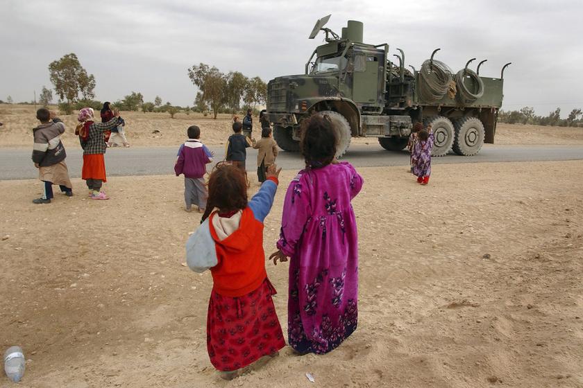 Ártatlanul szemlélődő gyerekek Irakban.