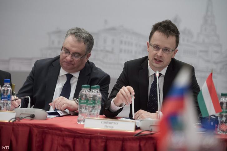 Balla János moszkvai magyar nagykövet és Szijjártó Péter külgazdasági és külügyminiszter a magyar-orosz kormányközi gazdasági együttműködési bizottság plenáris ülésén az Oroszországban lévő Tatár Köztársaság fővárosában, Kazanyban 2015. április 10-én
