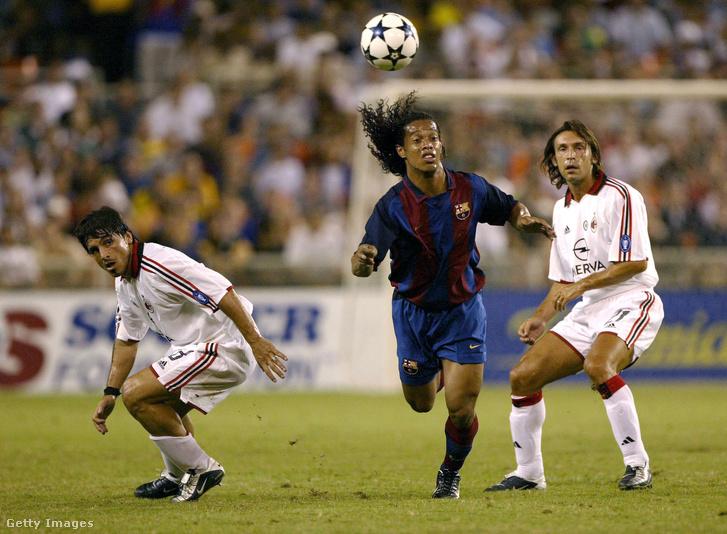 Gennaro Gattuso (b), Ronaldinho (k) és Andrea Pirlo (j) egy Barcelona ellen játszott meccsen 2003-ban