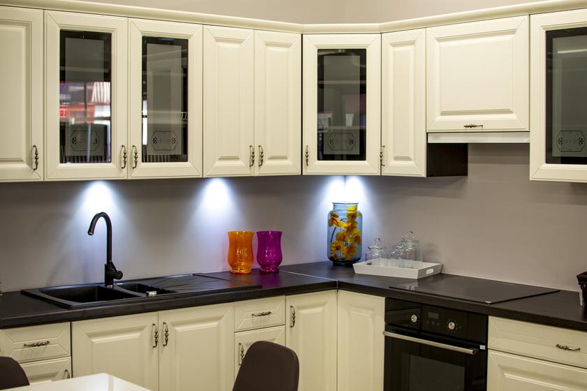 A régi, kopott konyhabútor cseréje több százezer forint lehet. Egy réteg bútorfestékkel és néhány új fogantyúval töredékére csökkentheted a költségeket.