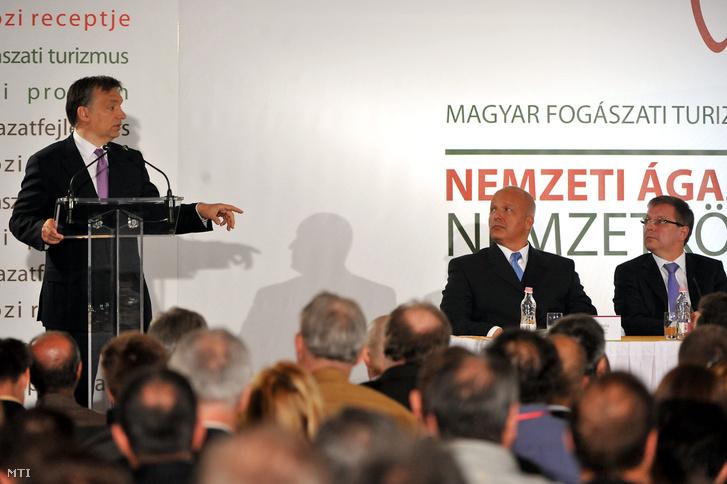2011. április 21. Orbán Viktor miniszterelnök beszél az I. Magyar Fogászati Turizmus Fejlesztési Konferencián, a herceghalmi Abacus Business & Wellness Hotelben. Az asztalnál ül Bátorfi Béla, az Orvosi Turizmus Zrt. felügyelőbizottságának elnöke (j2) és Matolcsy György nemzetgazdasági miniszter.
