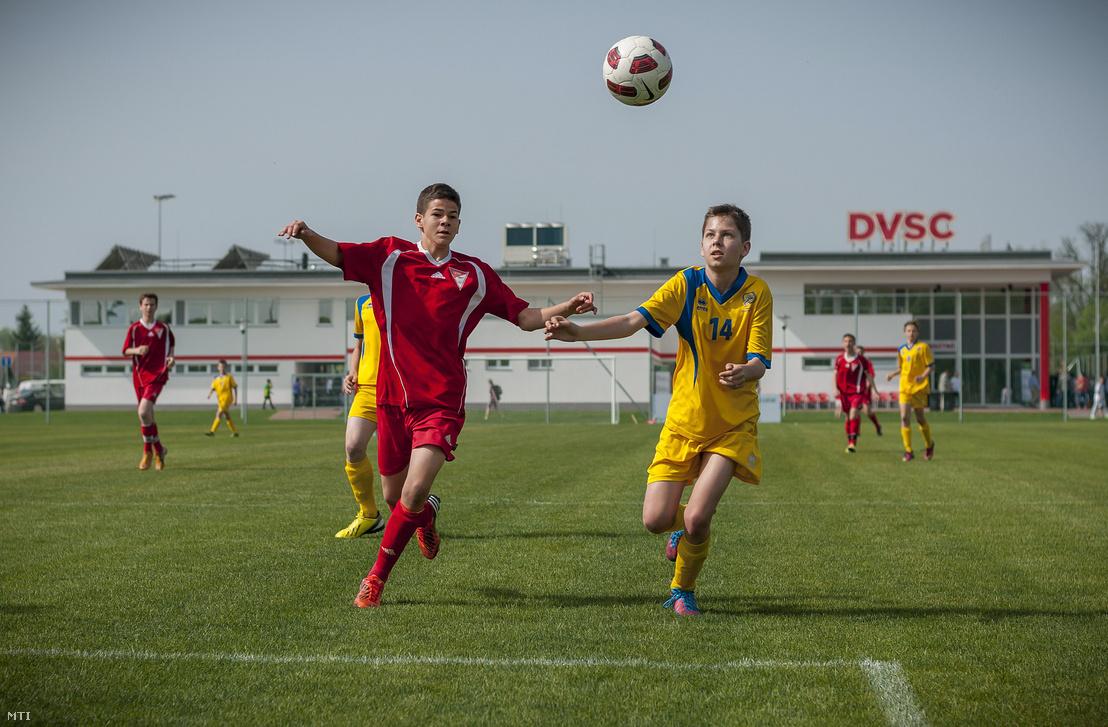 Gyerekek fociznak a Debreceni Labdarúgó Akadémia edzőközpontjában 2013. április 27-én. Az edzőközpont Debrecen-Pallagon 13 hektáron épült fel 15 milliárd forintból.