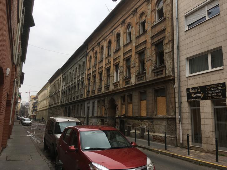 Itt látszik a négy ház alkotta egységes utcakép: legközelebb a Viola utca 37/A, aztán a B, C és D épület