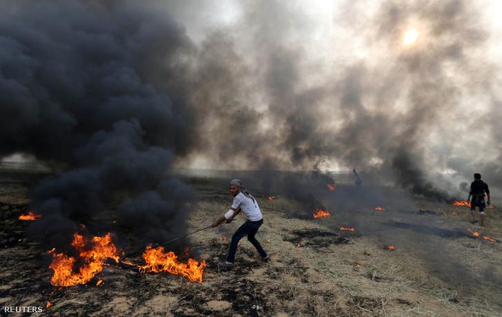 Palesztín tüntetők gumiabroncsokat égetnek 2018 április 5-én.