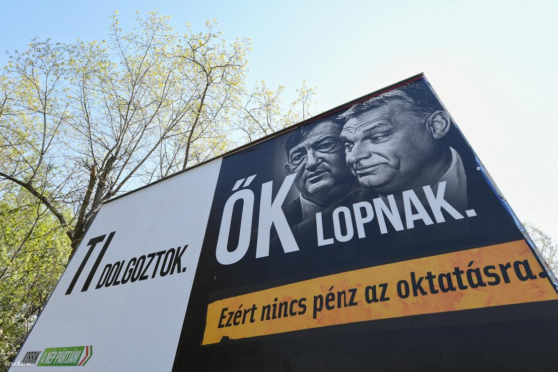 """Mészáros Lőrinc és Orbán Viktor a Jobbik óriásplakátján. """"Ti dolgoztok, ők lopnak"""""""