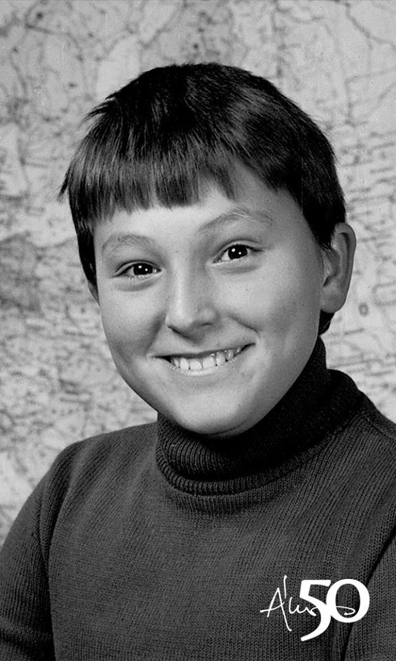 Ákos ötvenedik születésnapja és jubileumi turnéja alkalmából ezt a gyerekkori fotót is megosztotta követőivel - itt még általános iskolás volt.