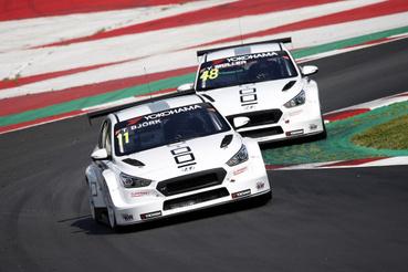Micheliszékhez hasonlóan az Yvan Muller Racing is a tavalyi évet meggyőző eredményekkel záró Hyundaijokkal indul, Muller és világbajnok Thed Björk is komoly esélyes.