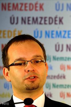 Makay Zsolt az MDF elnöke beszél a pártja XXIV. országos gyűlésén tartott sajtótájékoztatóján