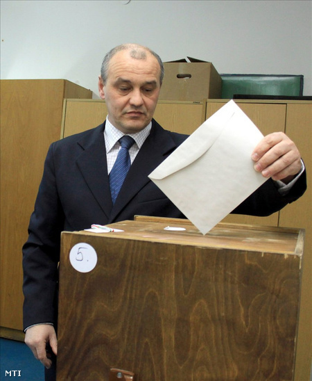 Grőber Attila leadja szavazatát