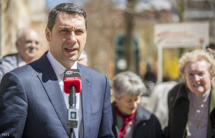 Hódmezõvásárhely 2013. április 11. Lázár János, Miniszterelnökséget vezető államtitkár sajtótájékoztatót tart a rezsicsökkentéssel kapcsolatban a hódmezővásárhelyi Kossuth téren 2013. április 11-én.