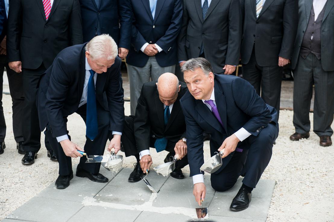 A főpolgármester és a kormányfő a Duna Aréna alapkőletételén, 2015 májusában