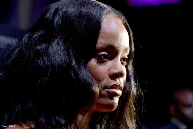Mert van még egy közelink Rihanna arcáról is.