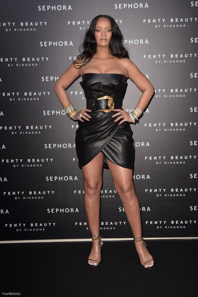 A ruha annyira kicsi, hogy az énekes dekoltázst és combot is mutat benne rendesen.