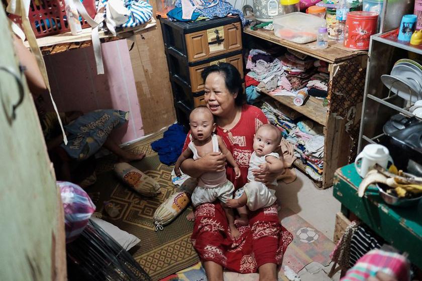 Ez a nő az unokáival és azok szüleivel egy alig pár négyzetméteres, aprócska, szobányi helyiségben él. Elképzelhetetlen a zsúfoltság.