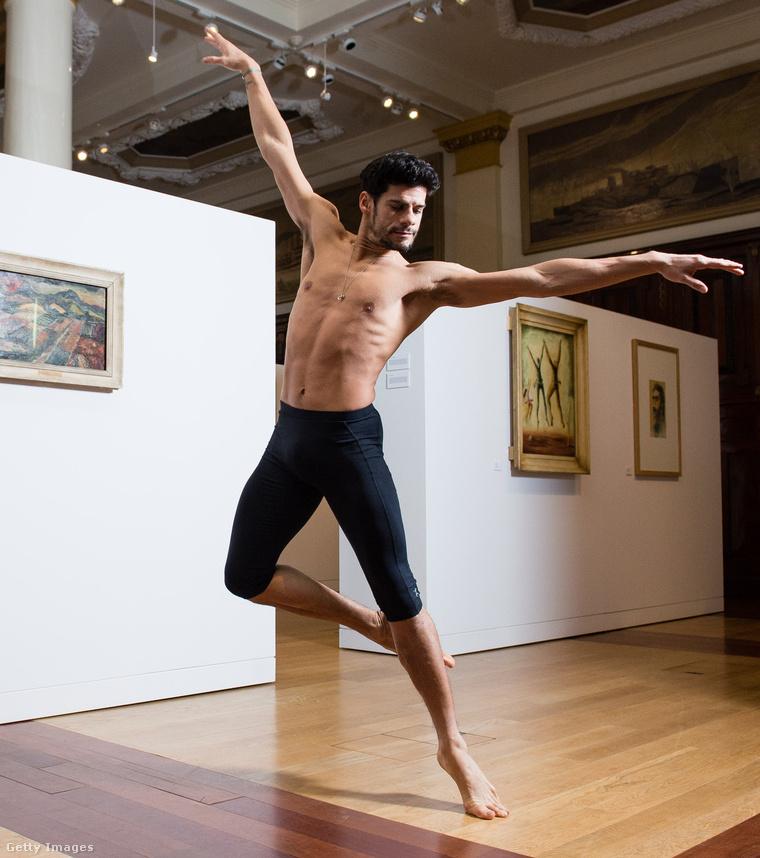Soares balett-táncos, szóval a festéshez úgy egyébként nem sok köze van.