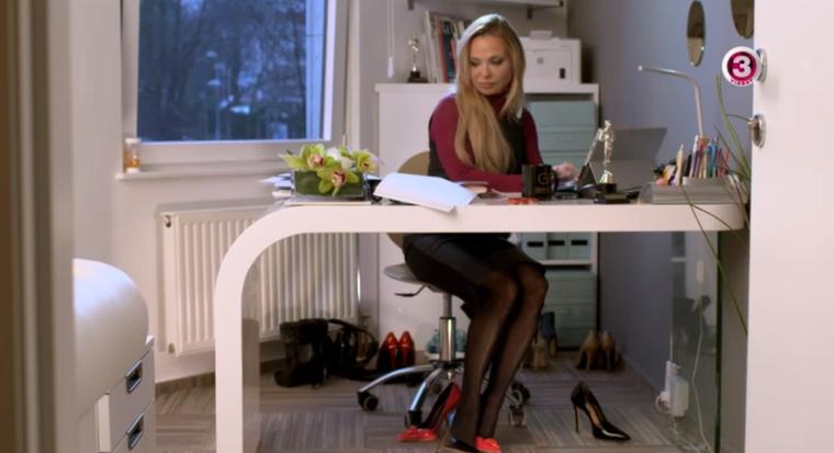 Igazi business womanről van szó, aki csak az irodájában több pár magas sarkú cipőt tart az íróasztala környékén.