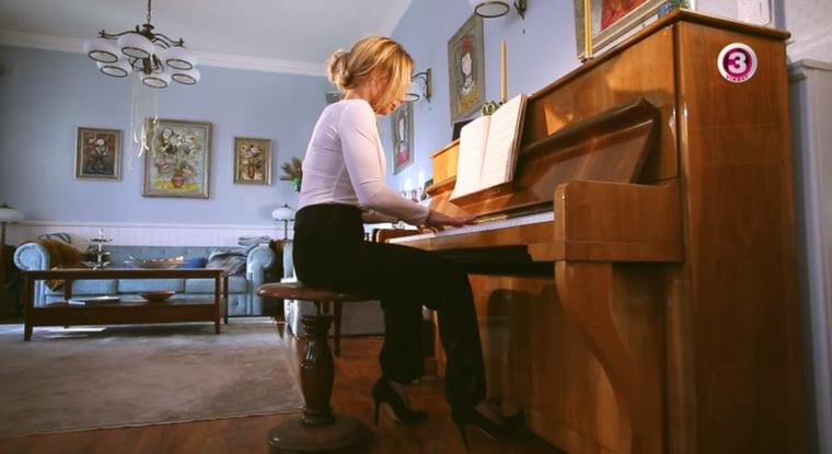 Újra elkezdett zongorázni.