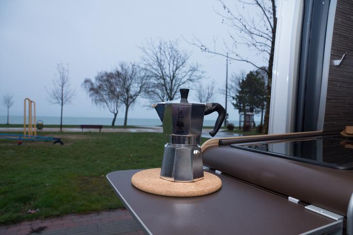 """Jó érzés a frissen főtt kávét kortyolva nézni a vizet a saját """"házunkból"""""""