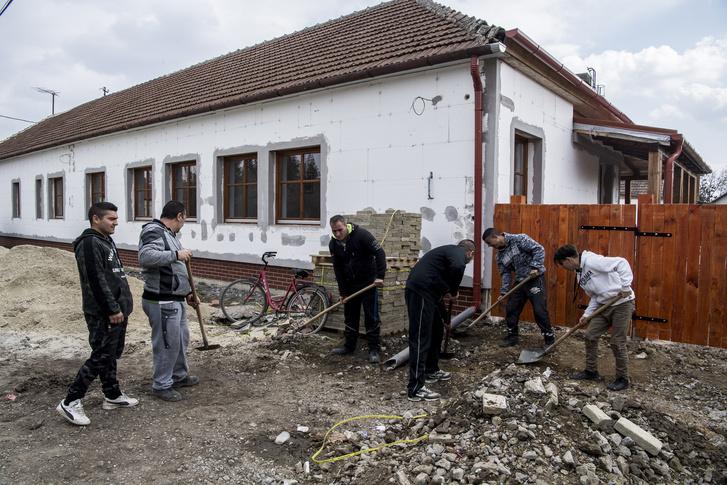 Közmunkások dolgoznak épp a leendő idősek otthona felújításán, sokuk a csárda felújításában is részt vett.