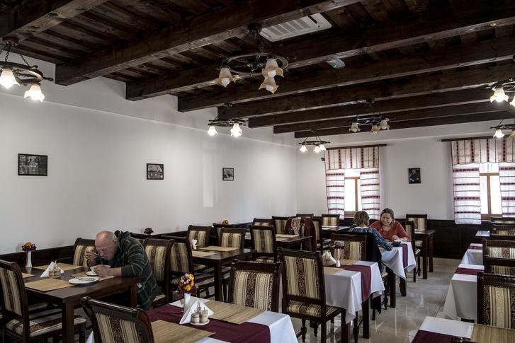 Amíg az étteremben voltunk a cikk kapcsán körülbelül tíz vendég volt, majd délután három órától egy halotti tort tartottak a csárdában.