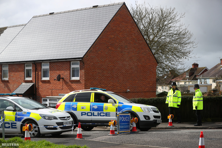 Rendőrök helyszínelnek Salisburyben 2018. április 6-án