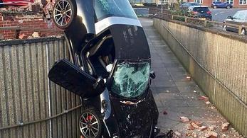 Kiütötte a parkoló falát a Porsche