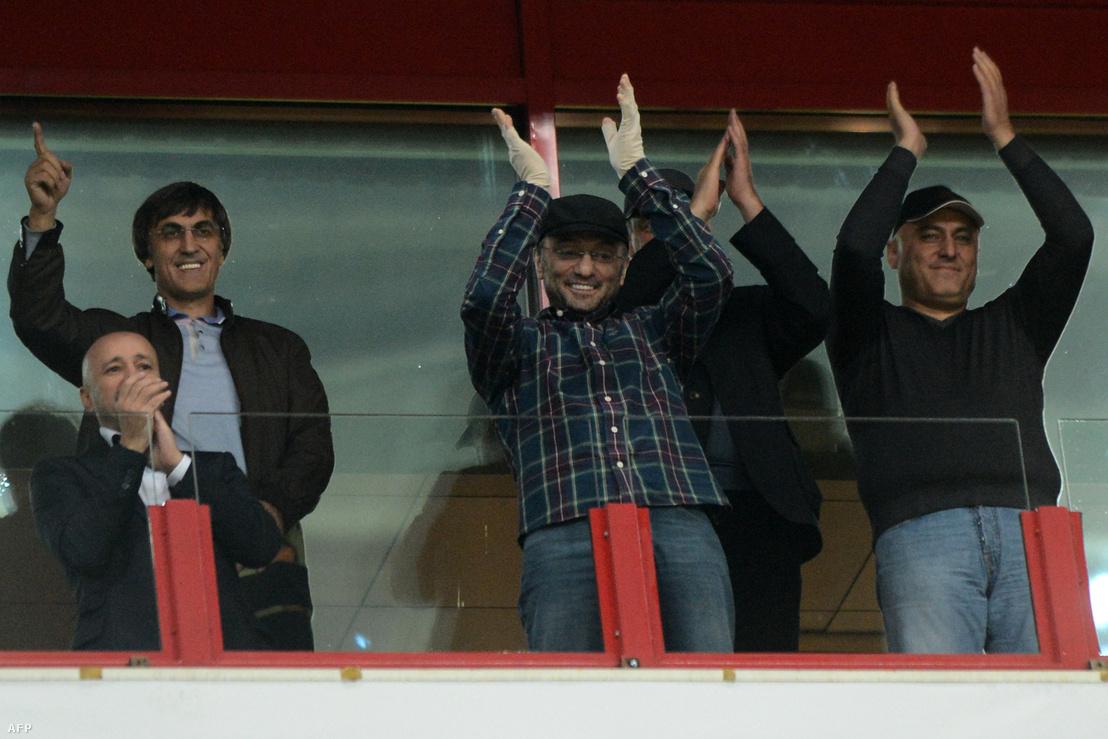 Szulejmán Kerimov (középen) egy focimeccsen