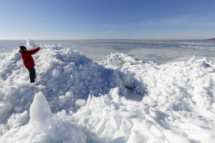 Összetorlódott jégtáblák a Balatonon, 2018 tavaszán.