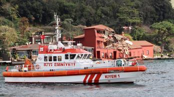 Teherhajó zúzott össze egy műemléket Isztambulban
