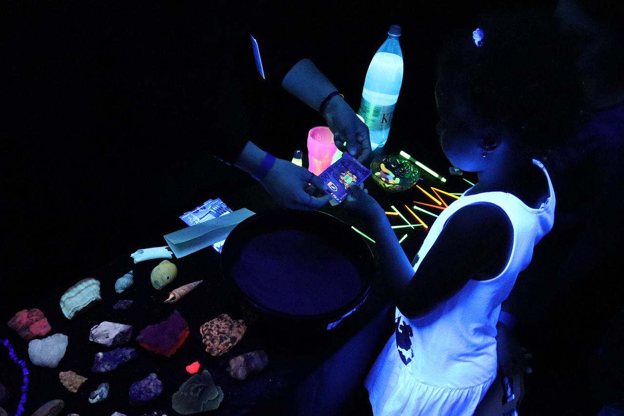 A természettudományi múzeum sötétszobájában a fluorithoz kötődően a fluoreszkáló anyagokkal, ásványokkal ismerkedhetnek a gyerekek. Az új ezerforintos biztonsági elemeinek egy része is ilyen.