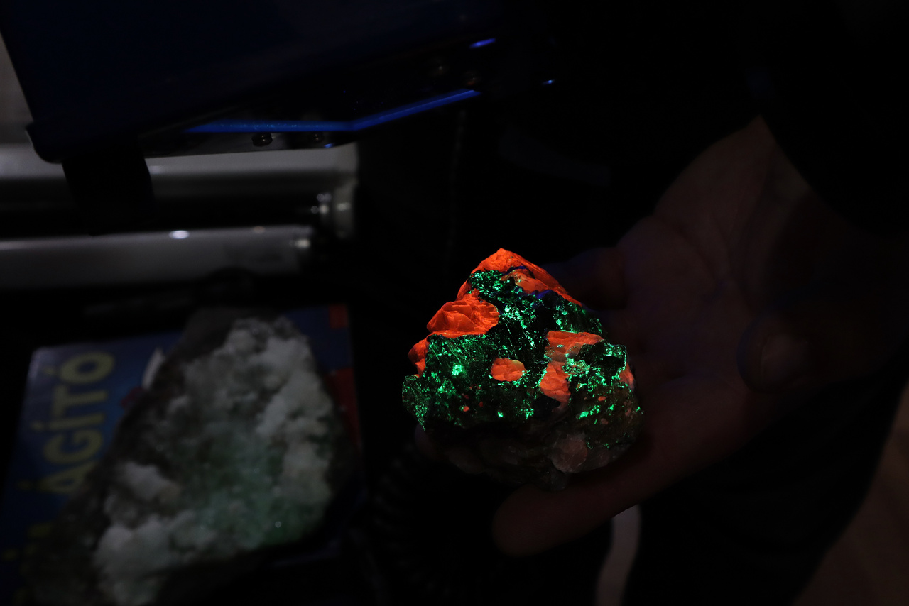 Az UV fényben világító (azaz fluoreszkáló, lumineszcens) ásványok igazán lenyűgözőek tudnak lenni. Ez a willemit kalcit példány egy világító ásványairól híres amerikai bányából, a New Jersey-i Franklinből származik.