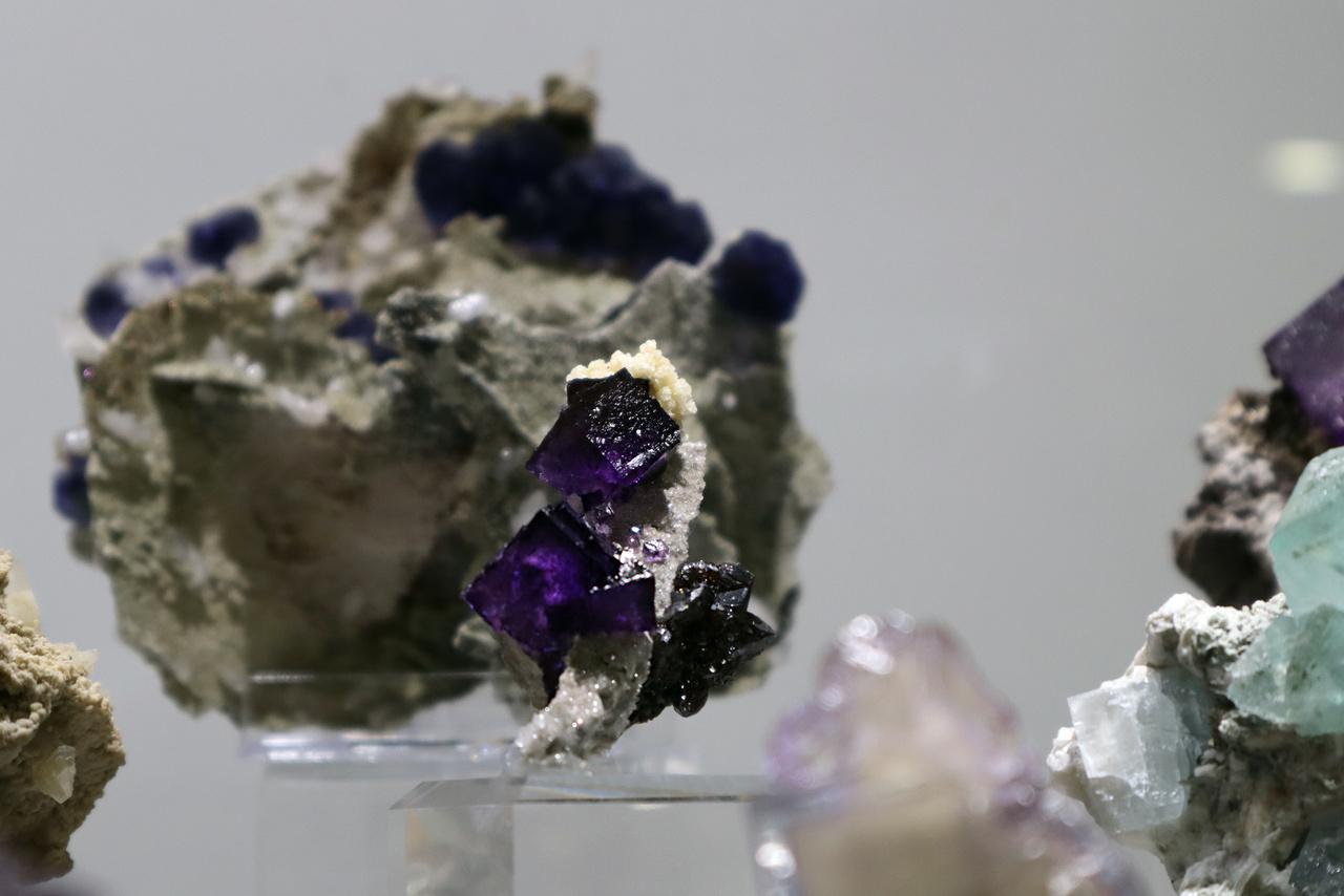 A 2018-as év ásványa, a fluorit. A képen egy ibolyalila változat látható a fluoritot bemutató kis kiállítás egyik tárlójából.