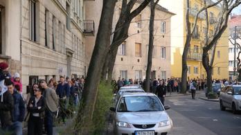 Hosszú sorok kígyóznak átjelentkezős szavazóköröknél