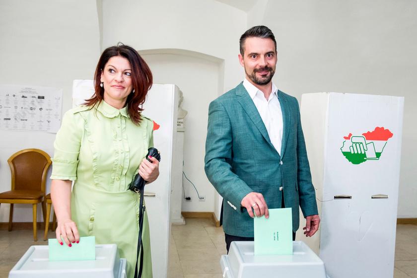 Vona Gábor, a Jobbik elnöke felesége, Vona-Szabó Krisztina társaságában ment szavazni Gyöngyösön. A politikus csinos párja egy halványzöld, térdig érő, ízléses ruhát választott az alkalomra.