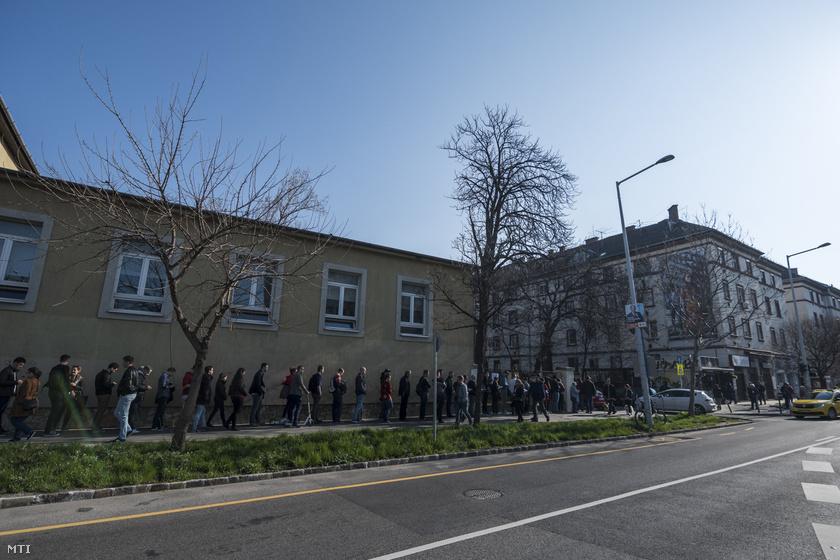 Újbudán is kígyózó sorokban várakoztak a szavazók.