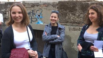 Szavazásra várakozók a Kertész utcában