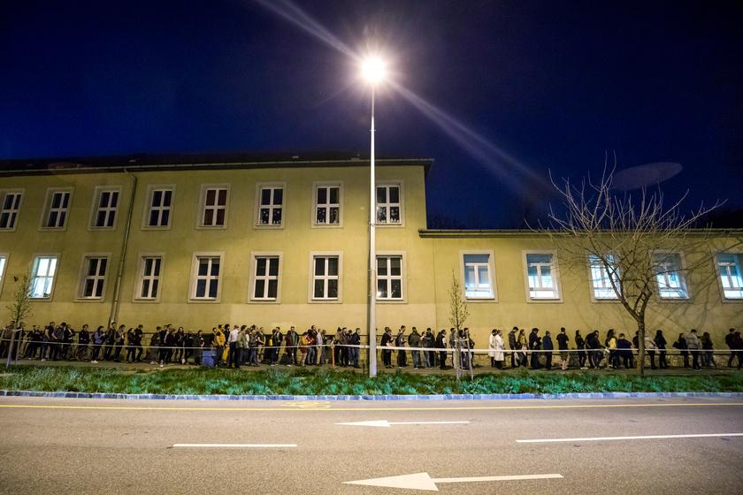 21 óra körül ekkora volt a sor Újbudán, a Bocskai István Általános Iskolánál.