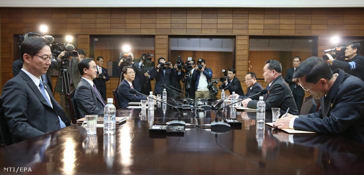 Cso Mjung Gjon dél-koreai országegyesítési miniszter (b2) és Ri Szon Gvon, a Korea-közi ügyekért felelős észak-koreai hivatal vezetője (j2) tárgyal a két Koreát elválasztó demarkációs vonalon fekvő Panmindzsonban 2018. március 29-én. A felek az Észak- és Dél-Korea közötti április végi csúcstalálkozó előkészítéséről tárgyalnak.