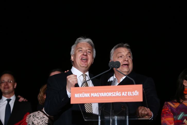 Semjén Zsolt és Orbán Viktor a színpadon