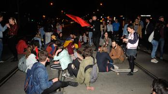 Spontán tüntetés az Oktogonnál