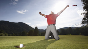 Semmiség, csak ez a férfi meghágott egy lyukat a golfpályán