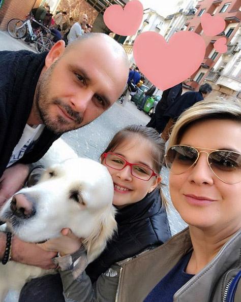 Ábel Anita férjével, Krisztiánnal, lányukkal, a lassan tízéves Lucával, meg a kutyájukkal.