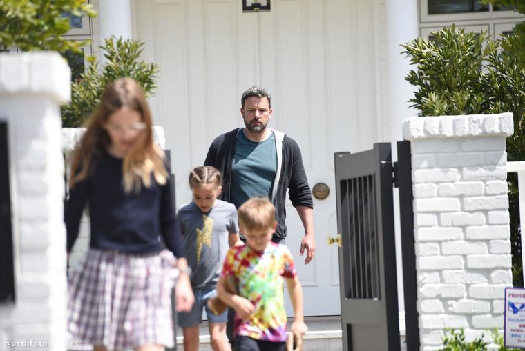Az ingatlan alig negyed mérföldnyire van volt felesége, Jennifer Garner házától, szóval a gyermekei is közel lesznek hozzá, bármikor átugorhatnak majd, ha úgy van.